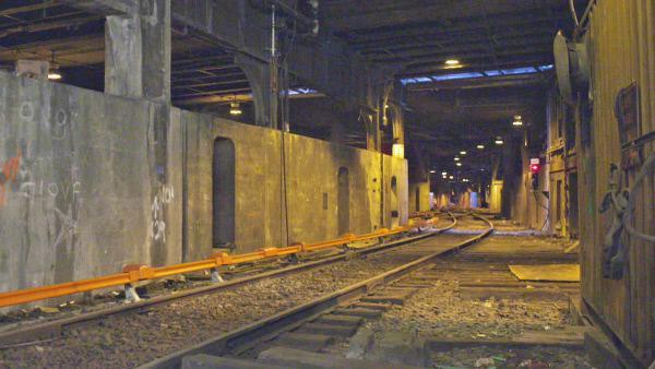 Bild 1 von 3: Das Geistergleis 61 ist eine versteckte Bahnlinie, die unter dem Grand Central Terminal von New York liegt. Hier befinden sich sogar noch alte Waggons.