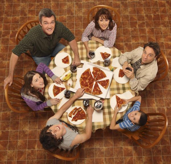 Bild 1 von 4: (1. Staffel) - Bei ihnen ist immer was los: (v.l. im Uhrzeigersinn) Sue (Eden Sher), Mike (Neil Flynn), Frankie (Patricia Heaton), Bob (Chris Kattan), Brick (Atticus Shaffer) und Axl (Charlie McDermott) ...