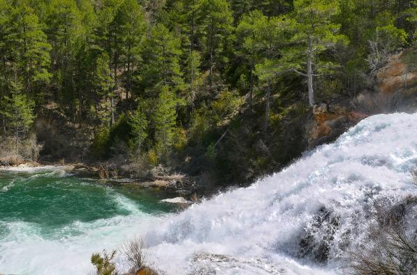Bild 1 von 3: Am Oberen Tajo stürzt der wilde Fluss durch enge Schluchten in die Tiefe.