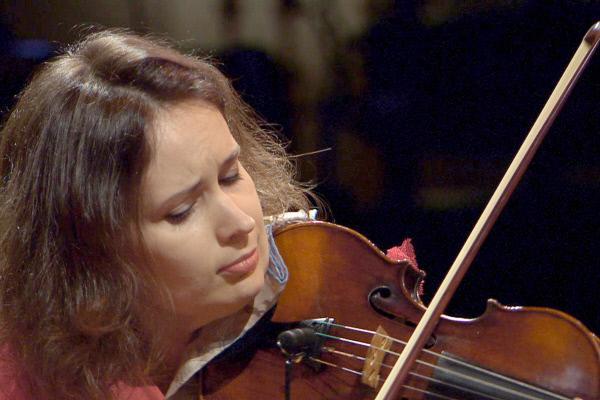 Bild 1 von 4: Unterstützt wird Anoushka Shankar an diesem Abend von einer weiteren großen Musikerin: der moldauisch-österreichischen Geigerin Patricia Kopatchinskaja (Bild).