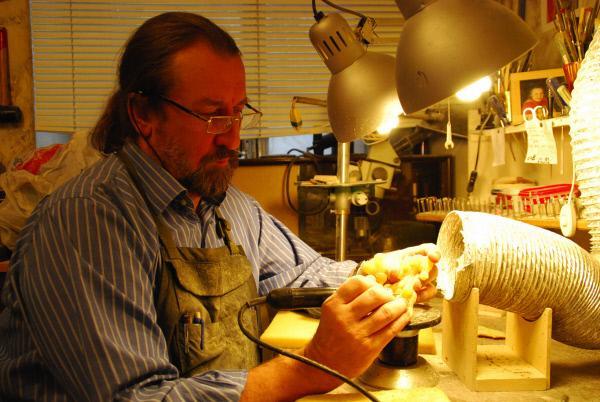 Bild 1 von 5: Alexander Krylow, Bernsteinkünstler, in seiner Werkstatt