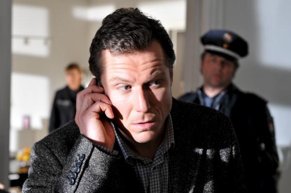Bild 1 von 11: Bernd Stahnke (Dirk Borchardt) kann seine spurlos verschwundenen Ehefrau auf ihrem Handy nicht erreichen.