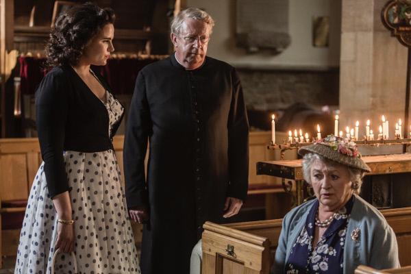 Bild 1 von 4: Bunty (Emer Kenny, l.) und Father Brown (Mark Williams, 2.v.l.) trösten die enttäuschte Mrs McCarthy (Sorcha Cusack, r.).