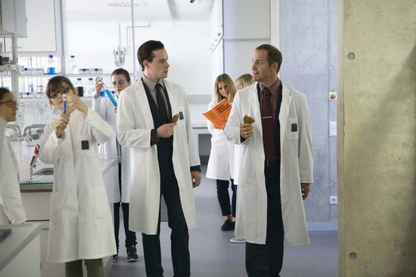Bild 1 von 18: Als Firmenchef Hardy Fechner (Marc Ben Puch, r.) seinem Sicherheitschef Simon Brückner (Florian Bartholomäi, l.) mitteilt, dass er eine supergeheime \
