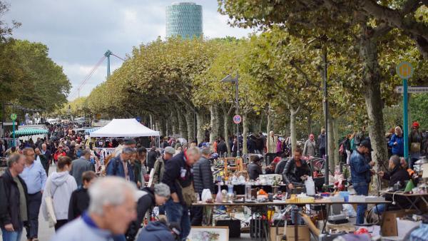 Bild 1 von 6: Es herrscht Hochbetrieb auf dem Flohmarktgelände in Frankfurt.