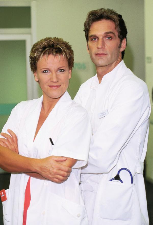 Bild 1 von 6: 2. Staffel: Nikola (Mariele Millowitsch) und Dr. Schmidt (Walter Sittler)