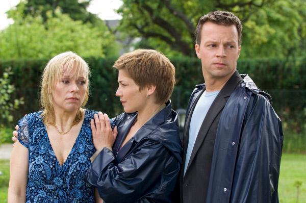 Bild 1 von 8: Die Kommissare Börensen (Claudia Schmutzler, M.) und Herzog (Michael Härle, r.) bei der schockierten Karla Wotenitz (Jana Hora, l.). Ihr Mann wurde am frühen Morgen brutal ermordet.