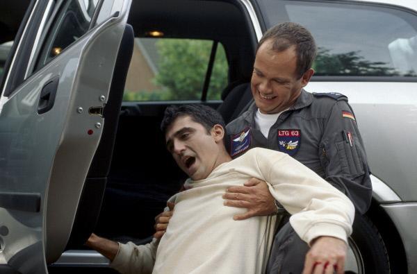Bild 1 von 2: Alex (Matthias Leja, r.) begibt sich selbst in die Schusslinie, um einen angeschossenen Mann vor einem Amokschützen in Sicherheit zu bringen.