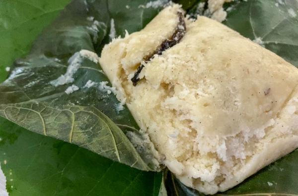 Bild 1 von 5: In Moorea raspelt Loana eine frische Kokosnuss, die sie mit Zucker und Vanille zu köstlichem Ipo-Brot verarbeitet.