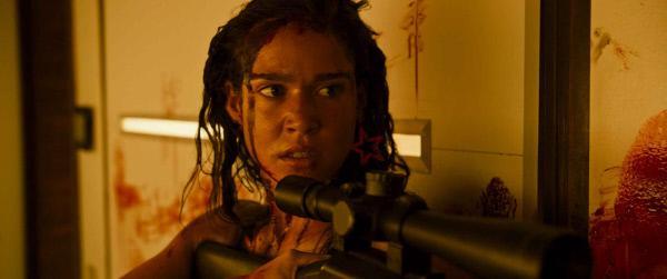 Bild 1 von 6: Jennifer (Matilda Lutz) will nur eines. Grausame Rache an ihren Peinigern üben. Dabei greift die blutdurstige Überlebenskünstlerin auf alles zurück, außer Mitleid.