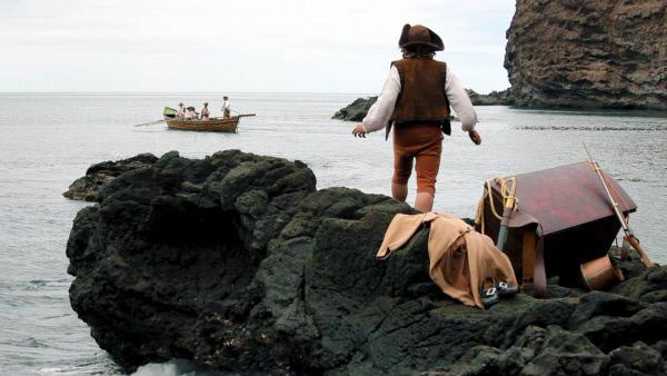 Bild 1 von 1: Im Oktober 1704 wurde der englische Seemann Alexander Selkirk (Martin Westcott) auf der Insel Más a Tierra wegen Meuterei ausgesetzt. Er sollte vier Jahre und vier Monate ganz allein dort bleiben. Nach seiner Rückkehr nach Schottland wurde Selkirk zum Vorbild für den Romanhelden Robinson Crusoe.
