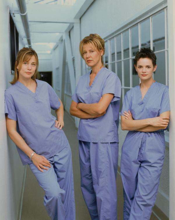 Bild 1 von 5: (v.l.n.r.) Dr. Diane Grad (Jayne Brook); Dr. Kathryn Austin (Christine Lahti); Dr. Lisa Catera (Stacy Edwards)