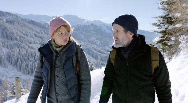 Bild 1 von 15: Arnold (Ulrich Matthes) und Anne (Jördis Triebel) machen einen Spaziergang.