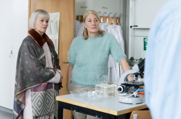 Bild 1 von 1: Um die gestohlenen Geldkassetten aufzubrechen, wollen Cecilia (Sissela Kyle, li.) und Jenny (Lotta Tejle, re.) sich bei dem Chemielehrer Bengt (David Wiberg, re.) flüssigen Stickstoff besorgen.
