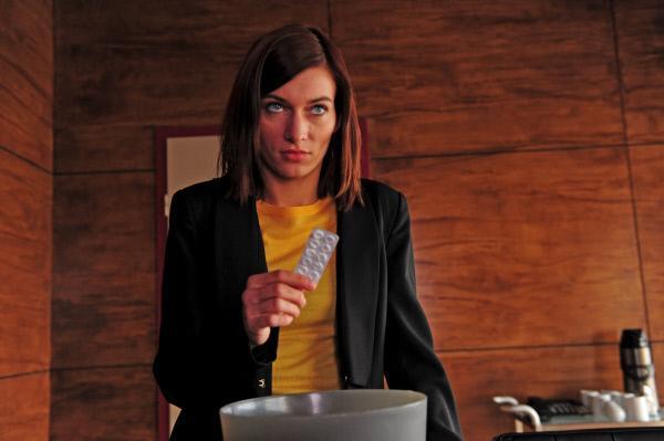 Bild 1 von 15: Die Jüngste der SOKO Stuttgart, Nelly Kienzle (Sylta Fee Wegmann), entnimmt dem Papierkorb eine Tablettenpackung. Ein wichtiges Indiz - oder nur Abfall?