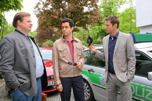 Bild 1 von 3: Als Geld am Tatort verschwunden ist, wird Eduardo Zanelli (Daniel Montoya, M.), der spielsüchtig ist, von Hansen (Igor Jeftic, r.) und Hartl (Michael A. Grimm, l.) unter Druck gesetzt.